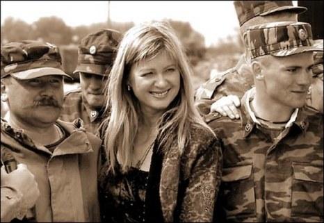 Вика Цыганова во время концерта перед солдатами внутренних войск. Фото с сайта karradio.ru