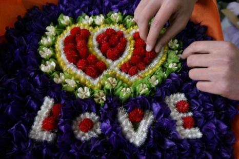 День святого Валентина отметили влюбленные всего мира. Фото: ASIF HASSAN/ADRIAN DENNIS/AFP/Getty Images