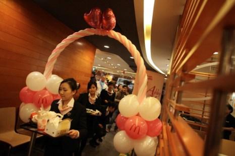 День святого Валентина отметили влюбленные всего мира. Гонконг. Фото: Ed Jones/AFP/Getty Images