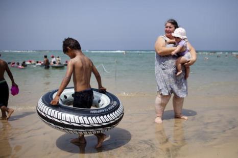 Палестинские дети играют на пляже Израиля. Фоторепортаж. Фото: Uriel Sinai/Getty Images