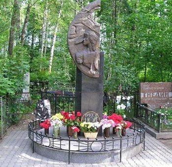 Могила Виктора Цоя на Богословском кладбище. Памятник. Фото с сайта sefon.ru