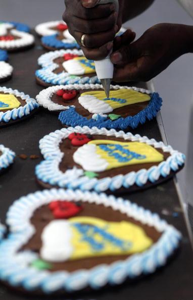 Пряники в форме сердец готовят к мюнхенскому фестивалю Oktoberfest. Фоторепортаж. Фото: Alexandra Beier/Getty Images