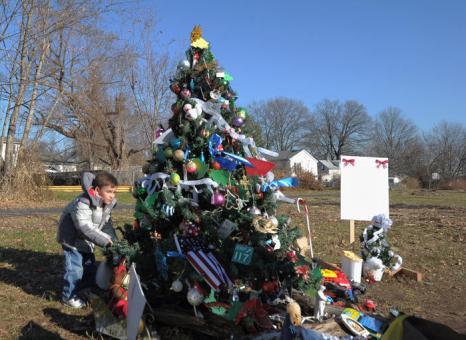 Рождественская ёлка — «дерево надежды» на обломках  урагана  Sandy в Нью-Джерси.  Фоторепортаж. Фото: Michael Loccisano/Getty Images