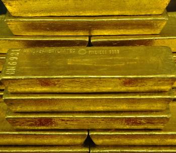 Слитки золота нашли на лугу в Швейцарии. Фото: MICHAL CIZEK/AFP/Getty Images)
