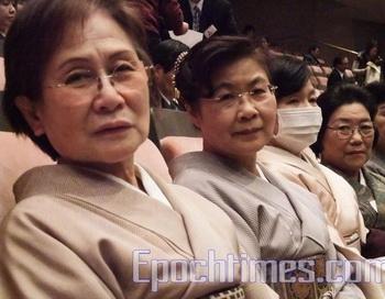 Г-жа Такахаси Эцуко, вице-президент (слева), и г-жа Ватанабе Татуко, главный инструктор (справа), Института кимоно. Фото с сайта theepochtimes.com