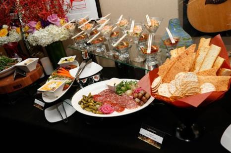 Праздничное оформление блюд на церемонию Grammy 2013. Фото: Imeh Akpanudosen/Getty Images