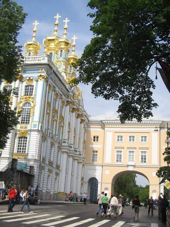 Отреставрированная церковь Екатерининского дворца и арка Лицея. Фото: Татьяна Серебрякова/Великая Эпоха