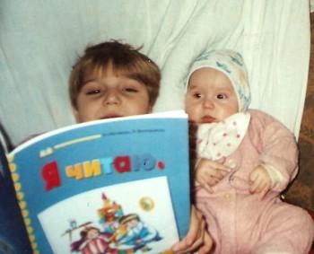 Каждая книга, которую прочтет ваш малыш, послужит своего рода ступенькой в его развитии. Фото с murtas70.ru