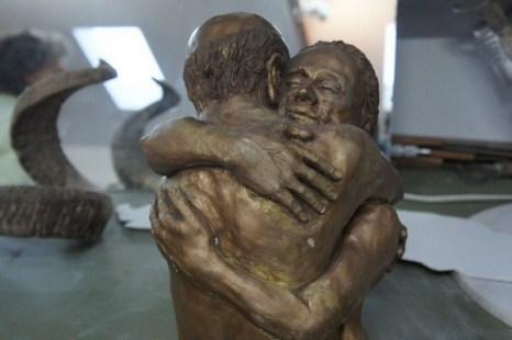 Скульптура «Объятие» Ричарда Матзкина посвящена его любимой жене, вместе с которой они встречают старость. Фото: Beverly Mann