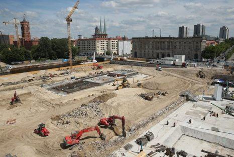 В Берлине начато восстановление исторического Берлинского Городского дворца, взорванного коммунистическими властями Восточного Берлина в 1950 году. Берлин, 10 июня 2013 г. Фото: Sean Gallup/Getty Images