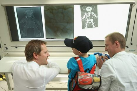 В больнице мишек Тедди Teddybдrenkrankenhaus университетских клиник Шарите в Берлине студенты-медики вместе с детьми дошкольного возраста обследуют их больных плюшевых игрушек 8 мая 2013 г. Фото: Sean Gallup/Getty Images