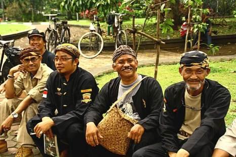 Жители острова в традиционной одежде на празднике велосипедистов в Бандунге. Остров Ява, Индонезия. Фото: Сима Петрова/Великая Эпоха (The Epoch Times)