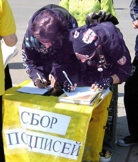 Сбор подписейпод петицией против извлечения органов в Китае. Фото: Ирина Рудская/Великая Эпоха (The Epoch Times)