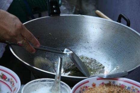 Добавьте сухие креветки, маринованный редис и нарезанный кубиками тофу. Фото: Jan Jekielek/Epoch Times