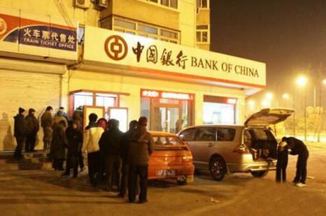 Один из очередников не выдержал скуку и холод, решил принять «соответствующие действия». Фото: sina.com.cn