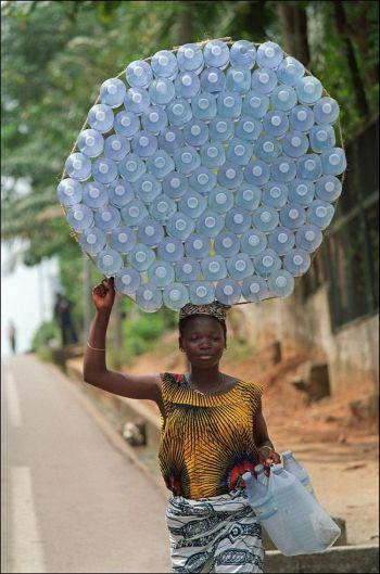 Драгоценная тара для воды:  женщина несет пластиковые бутылки для продажи на рынок, Абижан, Берег Слоновой Кости. Согласно сведений Водной школы, вода, содержащая болезнетворные бактерии,  может стать безопасной, если залить её в пластиковую бутылку и положить на солнце на шесть часов. (Паскаль Гийот /AFP/Getty Images)