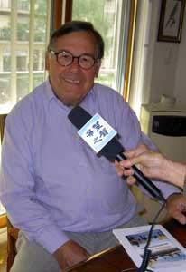 Франция, Париж. 25 мая 2010 г. Доктор Кристиан Пьедельевр выступает на радио «Голос надежды»