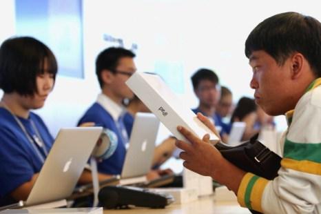 Фоторепортаж о продаже iPad 2 в Китае. Фото: China Foto Press, Lintao Zhang/Getty Images