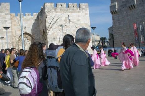 Последователи духовной практики Фалунь Дафа возле Яффских ворот Иерусалима. Фото: Великая Эпоха (The Epoch Times)