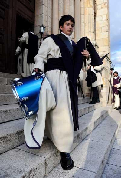 Замора, Испания. Молодой человек, выходящий из храма после покаяния. Фото: Jasper Juinen/Getty Images