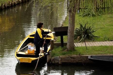 Вложение корреспонденции в почтовый ящик на берегу канала. Фото: Sean Gallup/Getty Images