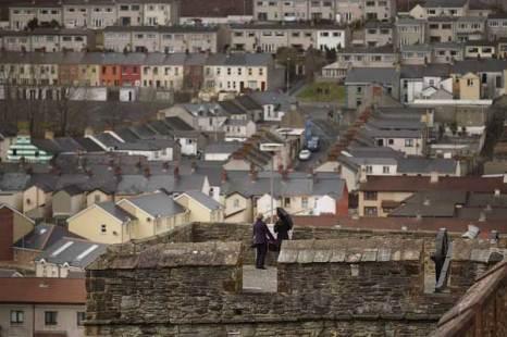 Дерри, Северная Ирландия.Вид на католический район Дерри со старинных городских стен.  Фото: Peter Macdiarmid/Getty Images