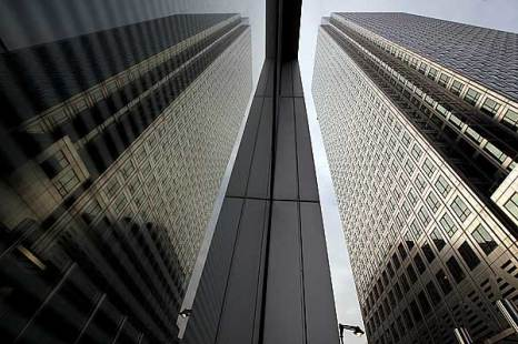 Англия. В финансовом районе Лондона Кенери Уорф.  В центре небоскреб, в котором располагается банк HSBC.  Фото: Oli Scarff/Getty Images