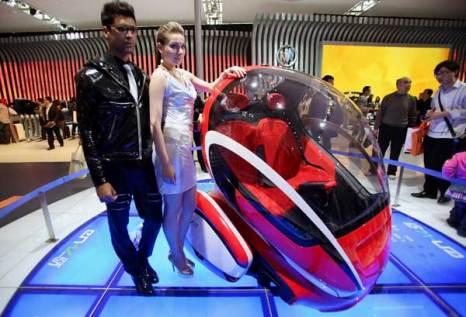Пекин. Специальный предварительный показ для СМИ стендов автосалона Beijing Auto Show 2010. Фото: Feng Li/Getty
