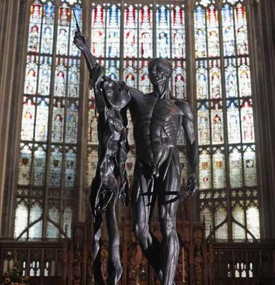 Скульптура Дамиана Хирста «Страдания  святого Бартоломью» помещена внутри Собора Gloucester.Выставка монументальной скульптуры в Глостере, Англия. Фото: Matt Cardy/Getty Images
