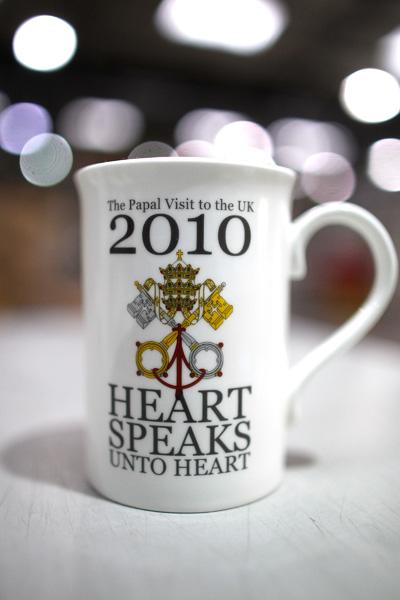Подарочные кружки к визиту в Англию Папы Римского Бенедикта XVI. Фото: Christopher Furlong/Getty Images