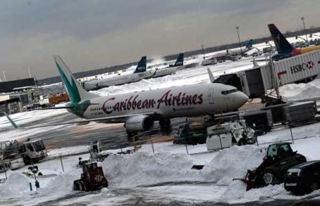 Занесенный снегом аэропорт Джона Ф. Кеннеди, Нью-Йорк. Фото: Chris Hondros/Getty Images
