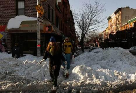 Люди проходят через груды снега в Бруклине 28 декабря 2010, Нью-Йорк. Фото: Chris Hondros/Getty Images