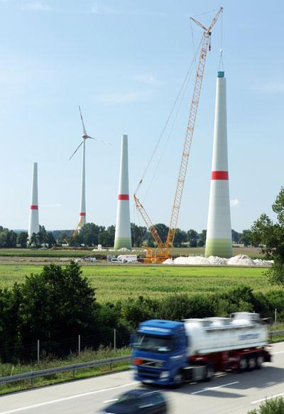 Монтаж мачты ветряной турбины, Германия. Фото: Andreas Rentz/Getty Images