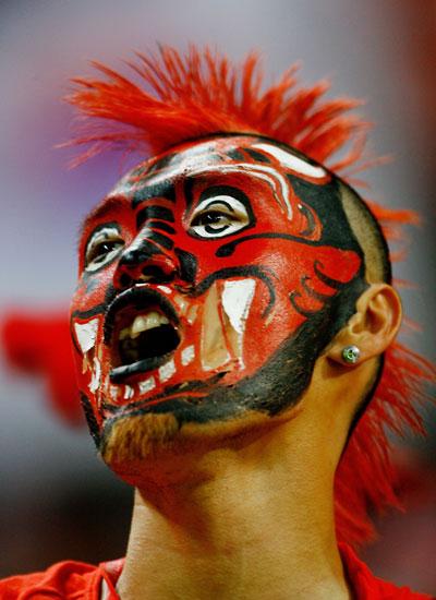 Фанаты футбола из разных стран в боевой раскраске и нарядах. Фото: Clive Mason /Getty Images