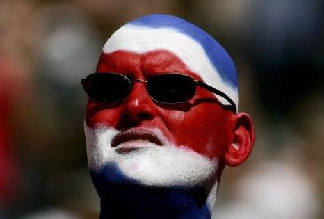 Фанаты футбола из разных стран в боевой раскраске и нарядах. Фото: Ben Radford/Getty Images