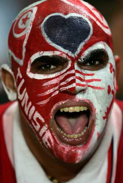 Фанаты футбола из разных стран в боевой раскраске и нарядах. Фото: Jamie McDonald/Getty Images
