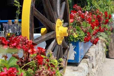 Многие ресторанчики  со стороны набережной имеют небольшие каменные ограждения, украшенные цветниками. Фото: Сергей Лучезарный/Великая Эпоха (The Epoch Times)