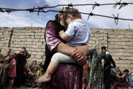 Бедствия в Киргизии. Ош, Киргизия 15 июня 2010 года. Фоторепортаж.  Фото: VICTOR DRACHEV/AFP/Getty Images
