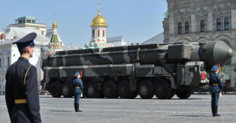 Военный парад 65-й годовщины Победы прошел на Красной площади в Москве. Фоторепортаж. Фото: ALEXANDER NEMENOV/AFP/Getty Images