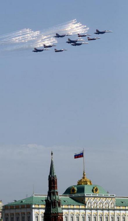 В воздушном параде 65-й годовщины Победы участвовало 127 самолетов и вертолетов. Истребители Су-27. Фото: ALEXANDER NEMENOV/AFP/Getty Images
