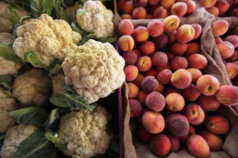 Фрукты и овощи к вашему столу в магазине Greenmarket. Фото: Mario Tama/Getty Image