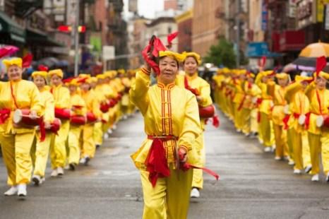 Последователи Фалунь Дафа с китайскими барабанами на параде в китайском квартале Манхэттена 18 мая 2013 года. Фото: Matthias Kehrein/The Epoch Times