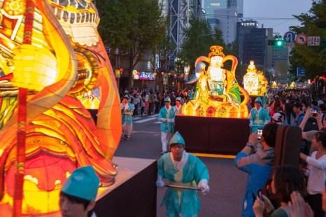 Гигантские фонари в форме Будды и буддийских божеств на улицах Сеула. Фото: Jarrod Hall/Великая Эпоха (The Epoch Times)
