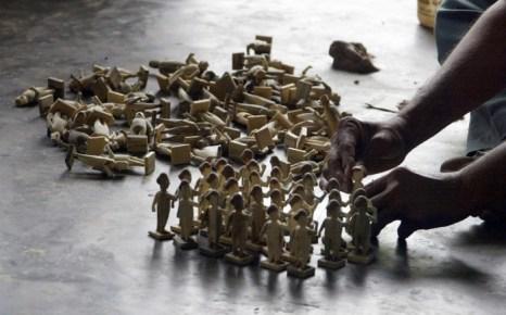 Индийский ремесленник работает с деревянными куклами, известными как Kondapally Bommalu в мастерской деревни Kondapally, приблизительно в 300 км от города Хайдарабада, 18 декабря 2008 года. Деревенские мастера являются превосходными специалистами, они могут превратить деревянные заготовки в игрушки на любые темы: животные, различные профессии, повседневная жизнь, мифологические персонажи и т. д. Фото: Noah Seelam / AFP / Getty Images