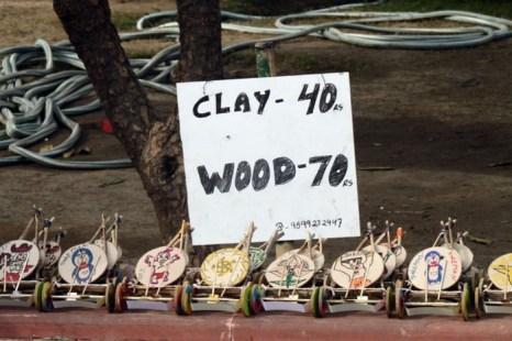 Красочные игрушки «колесо-барабан» на рынке в Дели-Haat. Когда ребёнок, гуляя, потянет игрушку за верёвочку, она начнёт издавать звуки походного барабана. Фото: Venus Upadhayaya /Великая Эпоха (The Epoch Times)