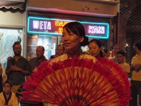 На улице Бен-Еуда танцуют корейцы. Фото: Хава ТОР/Великая Эпоха