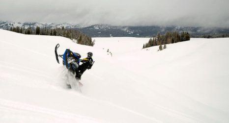Зимой не до скуки. Мэтт Борнитц на снегоходе в заснеженном поле недалеко от Тогвоти Пасс 7 января в Джексоне, штат Вайоминг. Перевал Тогвоти Пасс известен своими рельефами и глубоким снегом. Фото: AP Photo/Jackson Hole News & Guide/Price Chambers