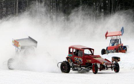 Зимой не до скуки. Рик Мартел обогнал Мэтта Тэйлора и Фреда Фекту из-за поворота во время гонок по снегу в Берри Понд 29 января в Малтонборо, штат Нью-Хэмпшир. Фото: AP Photo/Jim Cole