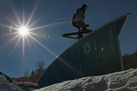 Зимой не до скуки. Колби Уэст скользит по препятствию во время тренировки в преддверии соревнования Winter X Games 15 на горе Баттермилк в Аспене, штат Колорадо, 28 января. Фото: Doug Pensinger/Getty Images