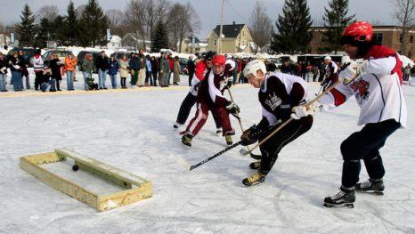 Зимой не до скуки. Игроки клуба хоккейного клуба «White Park Hockey Club» забивают гол в «ворота» команды «Cheers Chiefs» на Чемпионате по хоккею «Black Ice Pond» в Конкорде, штат Нью-Хэмпшир, 30 января. Фото: AP Photo/Jim Cole